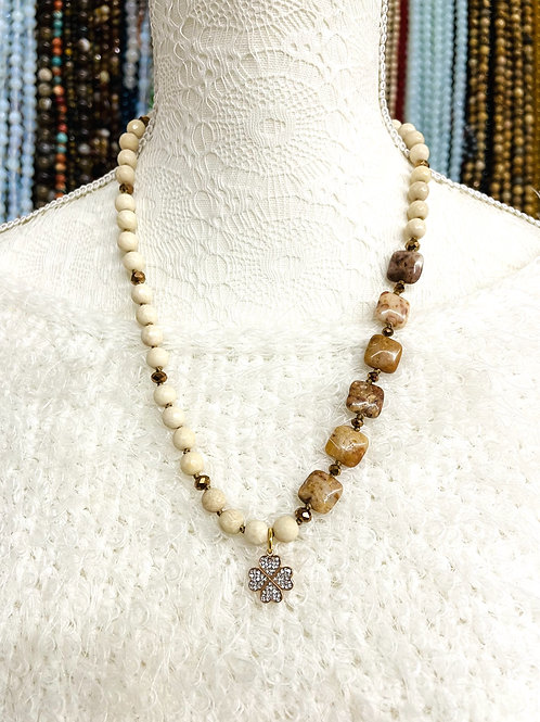 Collier pierres fines et cristal, avec pendentifTrèfle.