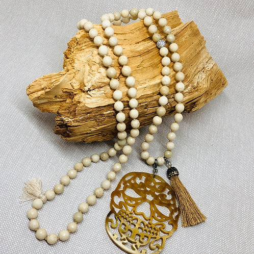 Sautoir réalisé en perles naturelles avec Pendentif Skull en corne