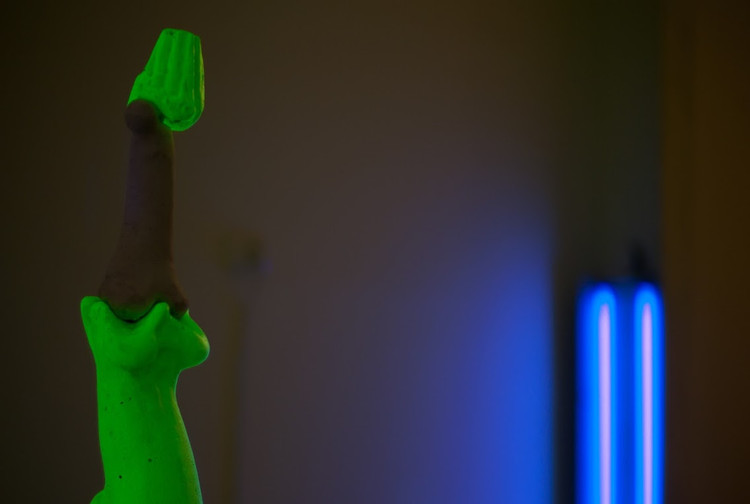 Federico Aprile, Mente e corpo, 2019, pigmento fluorescente, gesso, ossa animali, courtesy l'artista, credit Giannatonio