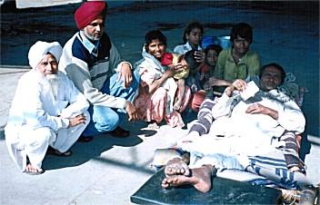 Zusammenarbeit mit einem Sozialarbeiter im Punjab