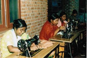 Voller Stolz präsentieren unsere jungen Frauen ihre Nähmaschinen, welche sie durch den Verkauf unserer Blumen selbst erworben haben.