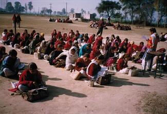 Vor dem Schulbau erhielten diese damals fast 500 Kinder Schulunterricht unter freiem Himmel.