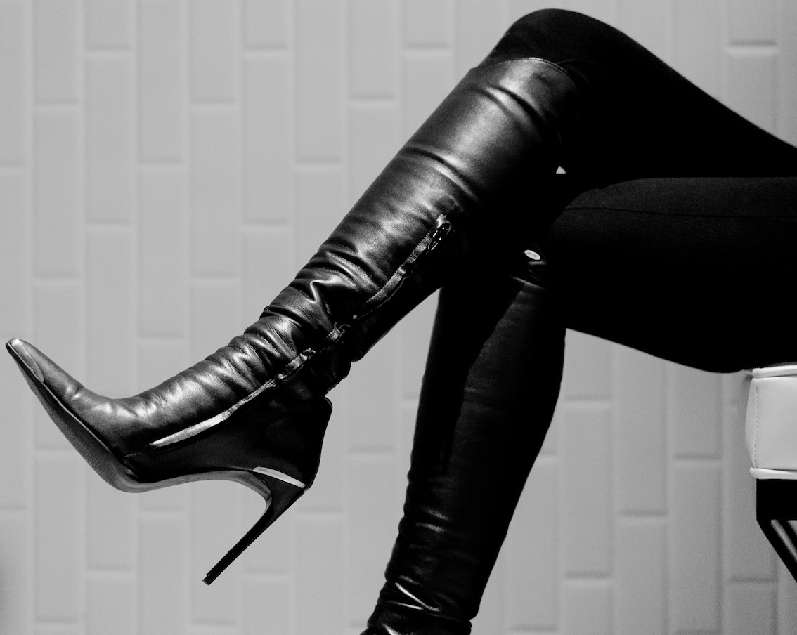 International Leather Dominatrix Chiaki in Boots