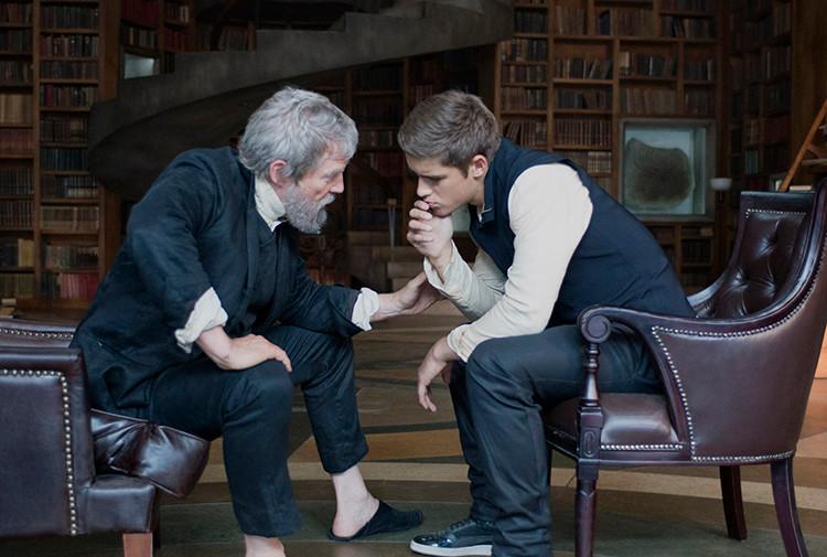 Den gamle og nye minnemottageren i en scene fra filmen