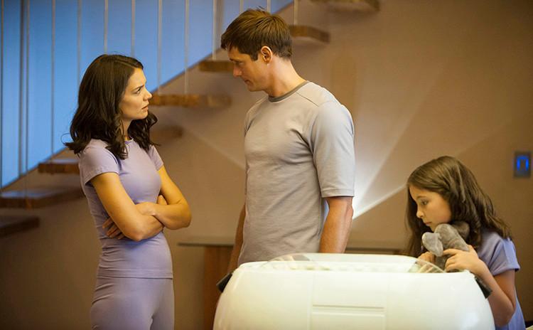 Katie Holmes og Alexander Skarsgård i en scene fra filmen