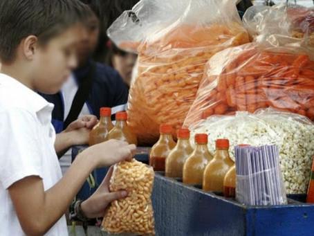 Prohíben en Oaxaca la venta de refrescos y 'papitas' a menores de edad