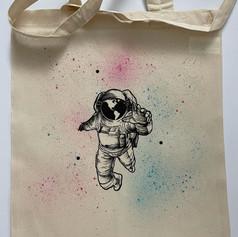 Pulcsinál, pólónál, táskánál egyaránt kérheted ilyen színesre a hátteret.