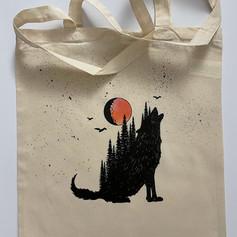 Pólónál, pulcsinál, táskánál egyaránt befesthetem a holdat amilyenre szeretnéd, pluszba egy kis fekete textil festék a háttérbe