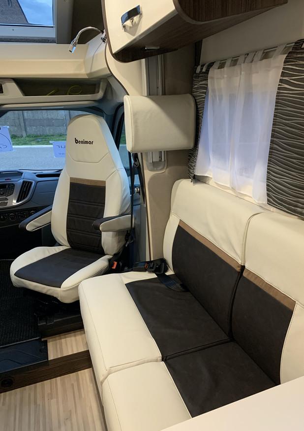 In de hoogte verstelbare cabinezetels + draaizetels cabine. Eco-leder interieur + LED-verlichting.