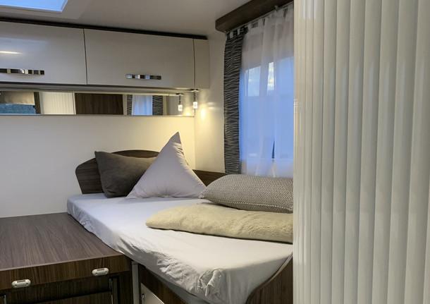 5 SLAAPPLAATSEN  2 eenpersoonsbedden van 90 cm breed die over de hele lengte samengevoegd kunnen worden. Indien samengevoegd, zeer geschikt voor lange mensen (2m20 x 1m90).  1 elektrisch paviljoenbed (komt uit het plafond) van 1m40 breed voor 2 personen.  Salon ombouwbaar tot 1 slaapplaats.