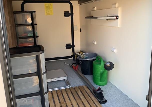 Ruime garage met de mogelijkheid om extra fiets(en) te stallen. De garage is voorzien van spanners zodat alles netjes blijft staan. Ook de garage is voorzien van veiligheidssloten. In de garage worden ook de buitentafel en buitenstoelen opgeborgen.