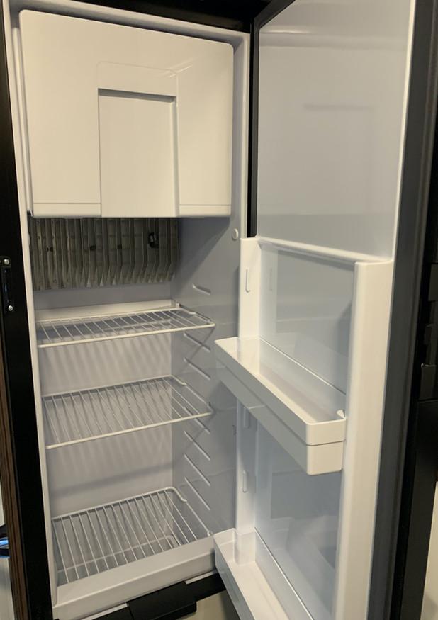 Grote 140 L frigo koel- en vriescombinatie met apart compartiment voor flessen (Automatische koelkast AES).