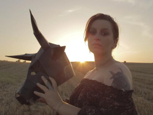 Mira: zoo, demoni e canzoni contro la paura - VIDEO.