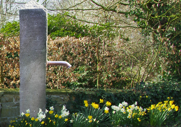 dekorative Sandsteinsäule als Brunnensäule