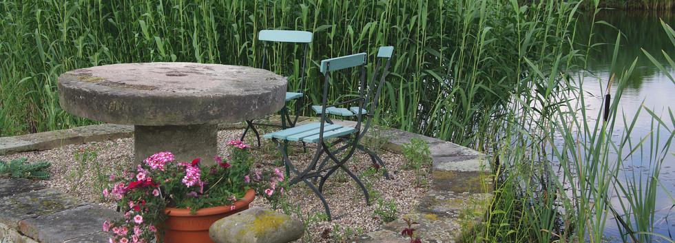 Sandsteintisch im Garten