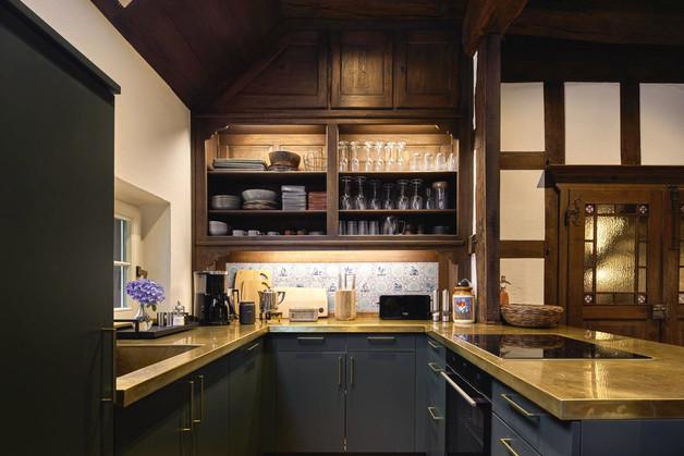 Die Küche im offenen Wohn-Küchen-Bereich des Waldhauses.