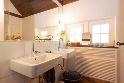Das Bad im Erdgeschoss mit Dusche.