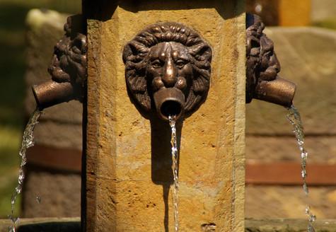 Bronzespeier Sandsteinbrunnen