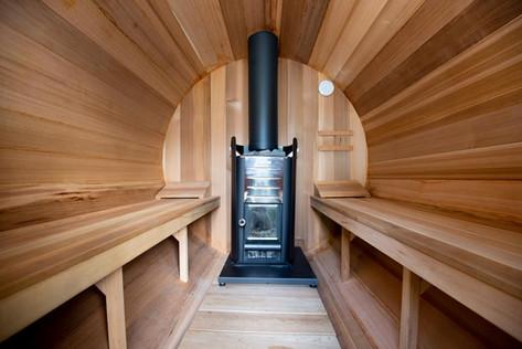 Holzbefeuerte Fass-Sauna im Garten.