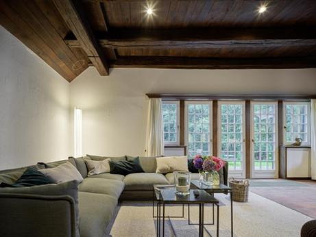 Wohnbereich mit Sofaecke im Ferienhaus.