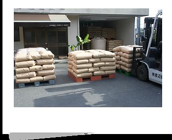 1.梱包した玄米を検査工程へ.png