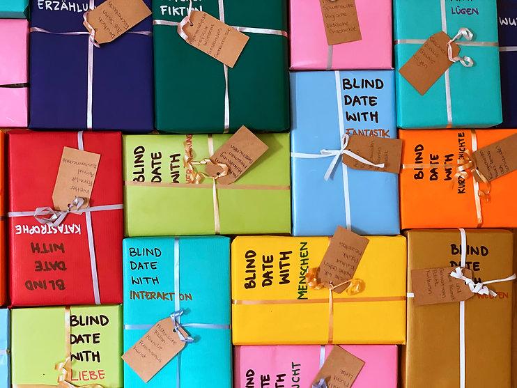 Blind Date with a Book, verpackte Bücher als Geschenk; ohne zu wissen welches es ist.
