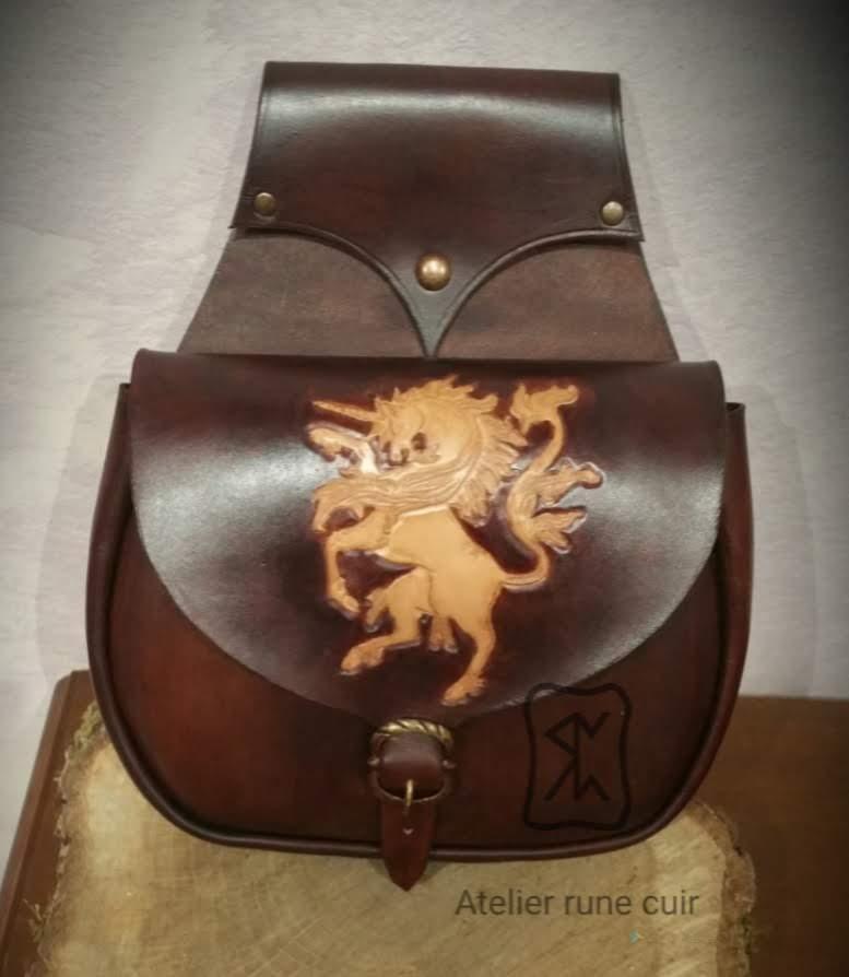 Artisan création cuir médiéval