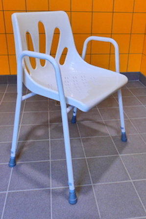 Chaise de douche englobante