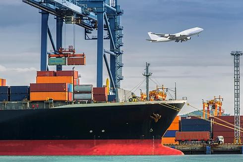 air freight versus sea freight.webp