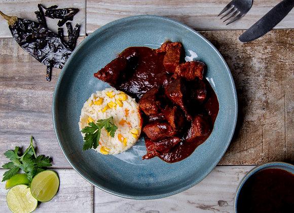 Estofado de cerdo con salsa deadobo con arroz a la jardinera y postre