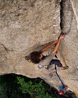 Jacopo Larcher arrampica in fessura in valle orco
