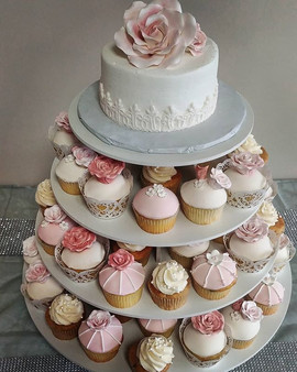 Gorgeous wedding cake and cupcakes from