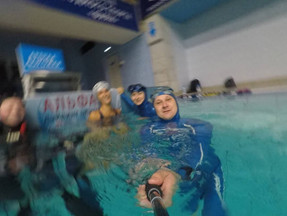 Тренировки по фридайвингу в бассейне.