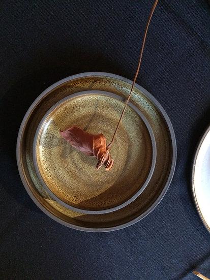 Assiette brune avec rebord, émail pyrite