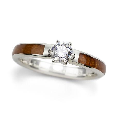 天然木の温もりと一緒に  愛を贈る   NENRINの婚約指輪