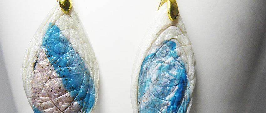 עגילי אלגנטיים בגוון כחול פנינה וזהב