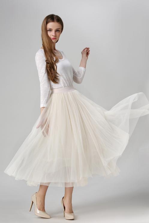 تنورة تول بلون فانيلي أبيض بكسرات متوسطة