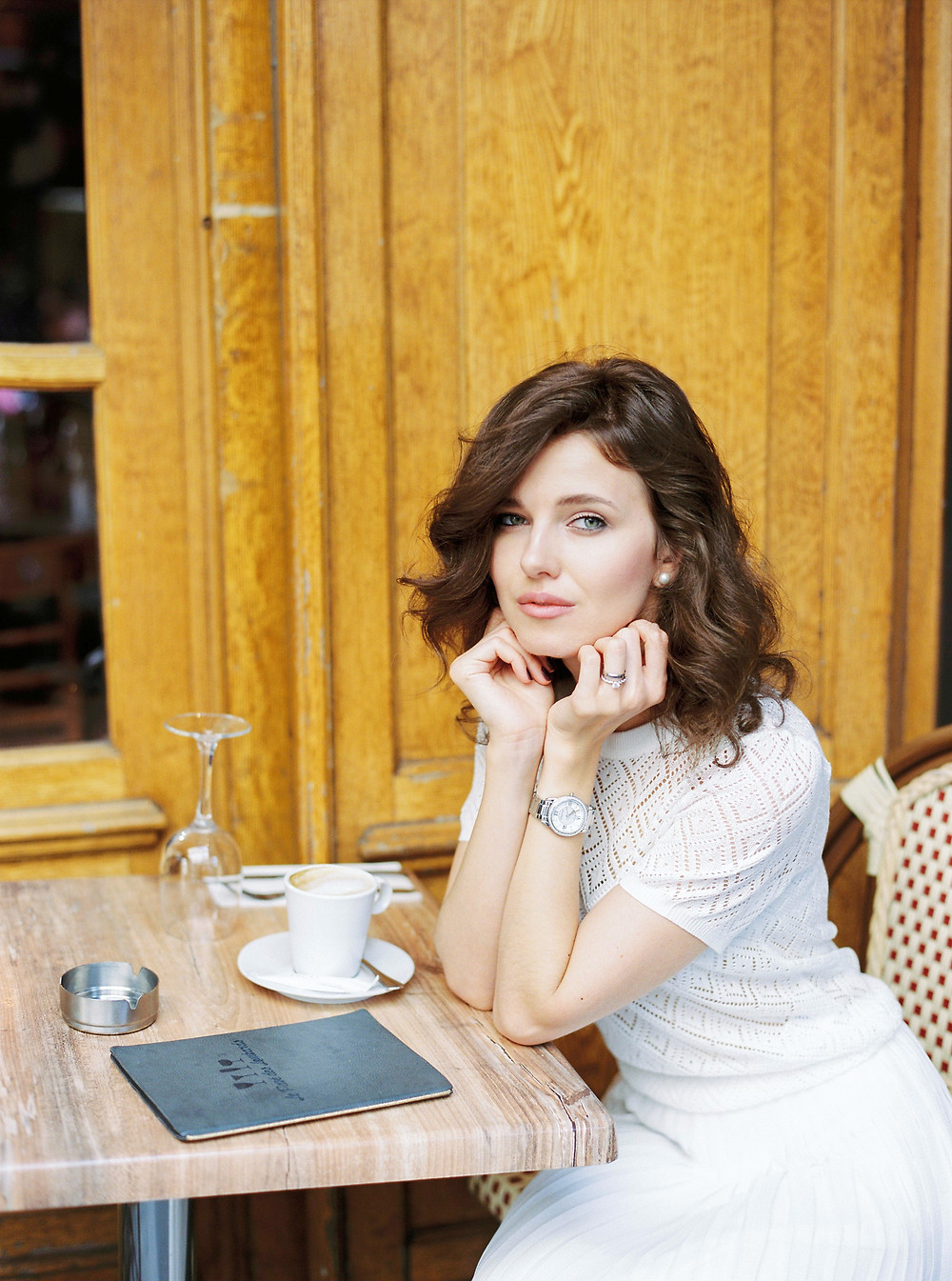 Portrait photoshoot ideas in Paris of the girl in cafe