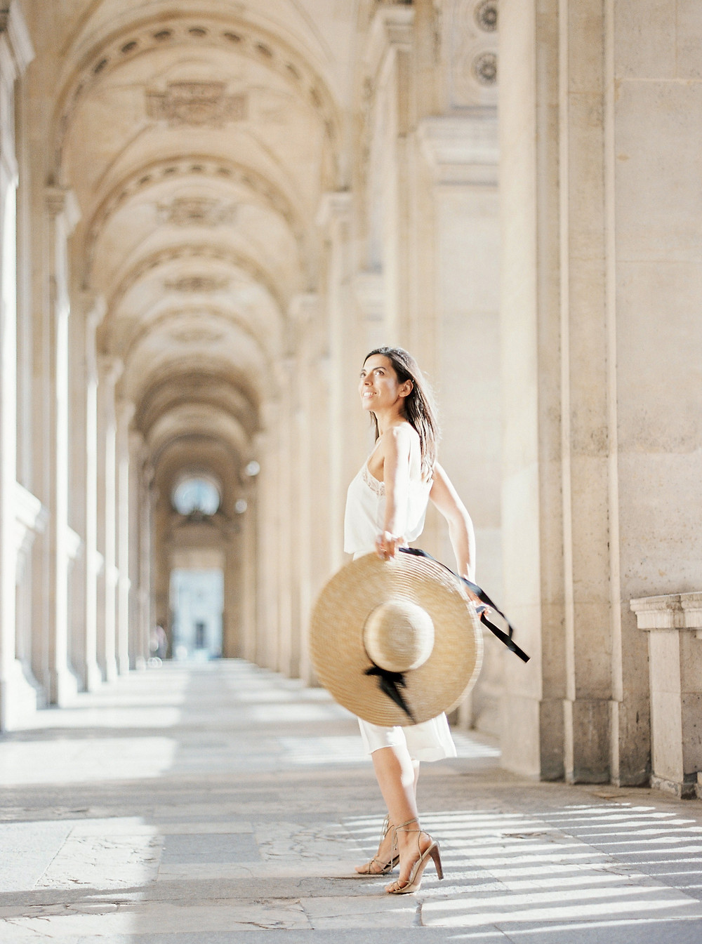 Girl with Mango hat in arch gallery of Louvre and total white outfit idea