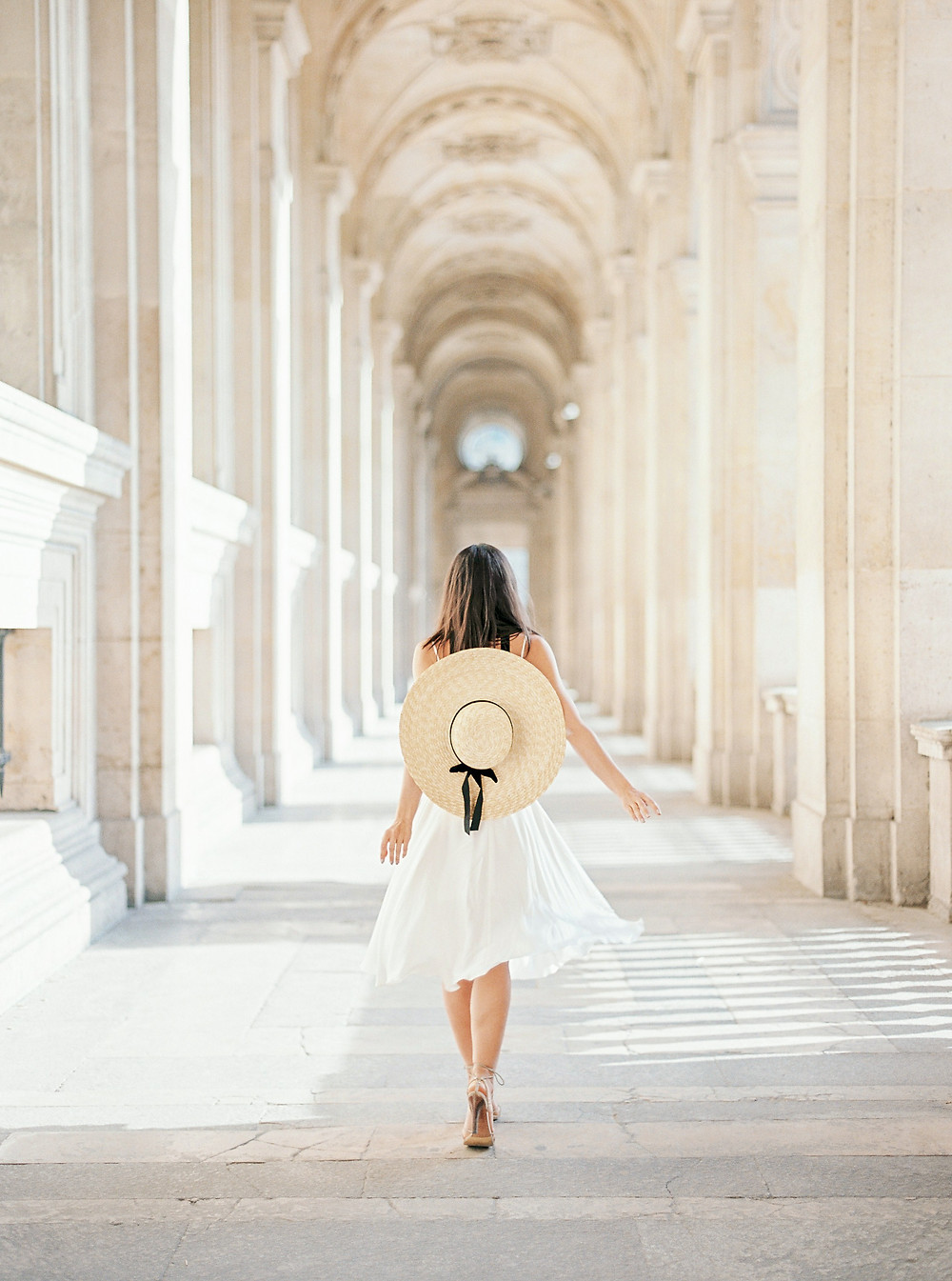 Girl with Mango hat in gallery of Louvre and total white outfit idea