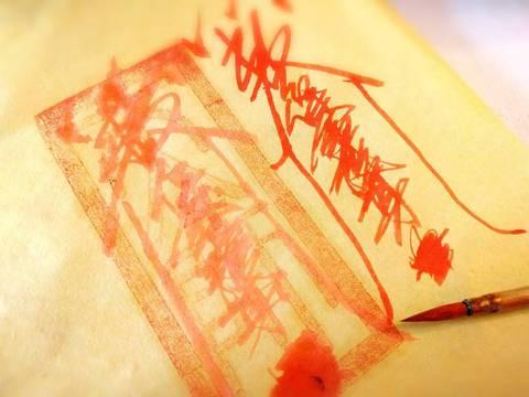 Papel amarillo con tinta roja