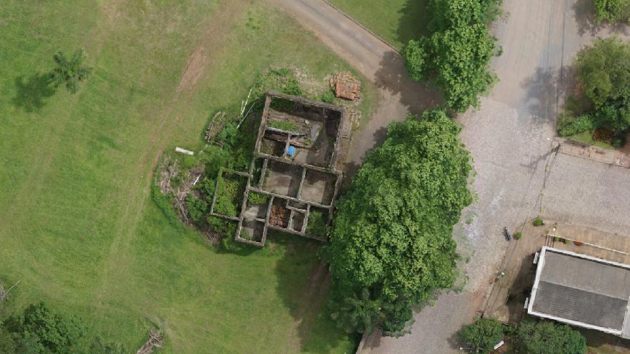 Local estudado e casa em ruínas para projeto