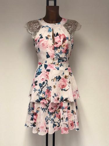 Stufen-Kleid mit spitzen Ärmeln & Rosenprint von Rinascimento