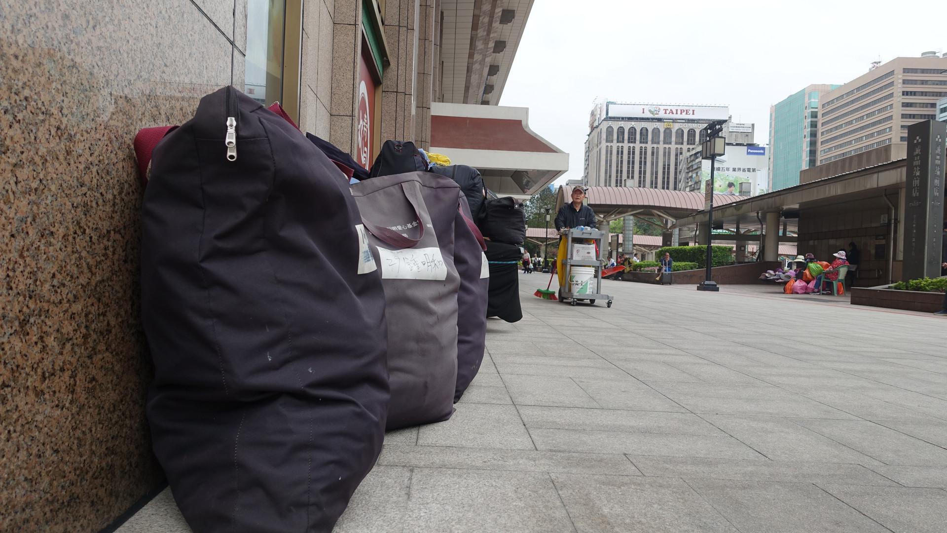 火車站外的行李們