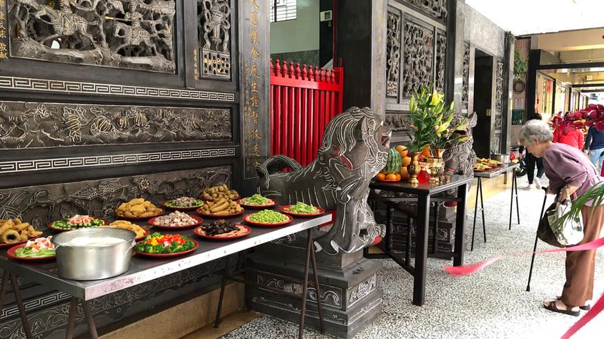 普濟寺前的貢品和虔誠的信徒