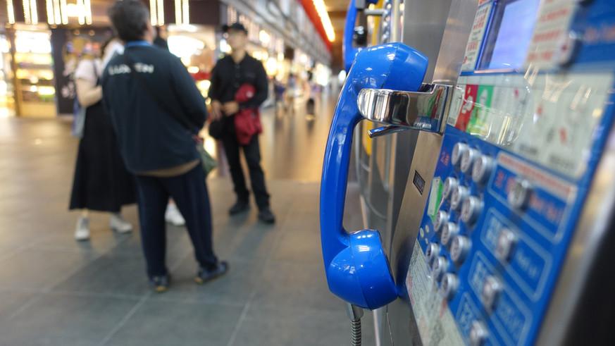 正在介紹對無家者很重要的公共電話