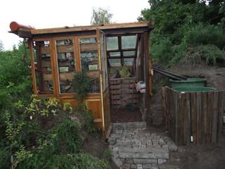 Das Erdgewächshaus ist nun in Betrieb und bereits bepflanzt.