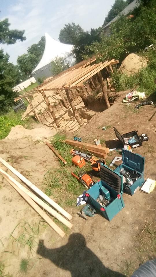 Heute ging es gleich mal weiter mit dem Bau vom Erdgewächshaus...Die Männer Bauen und die Praktikatin sieht gut aus...  Stand: 01.08.2017