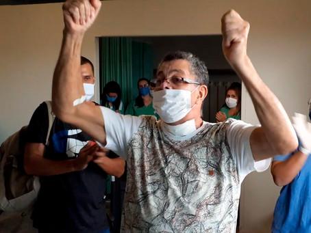 Paciente recebe alta após 30 dias internado em CTI enfrentando a COVID-19