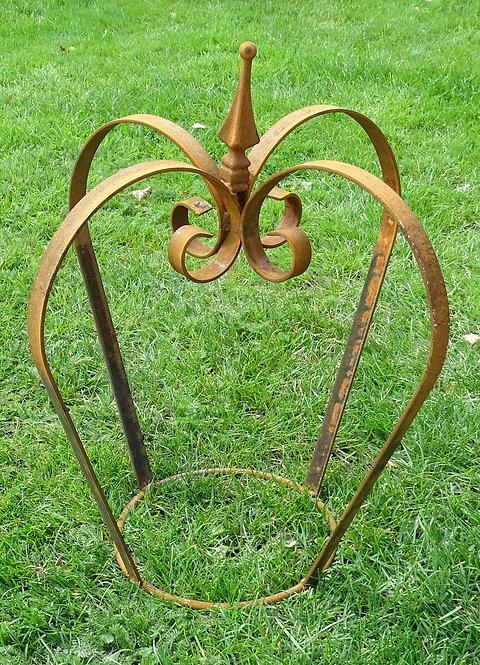 Heavy Iron Crown Stylish Garden Sculpture Structure